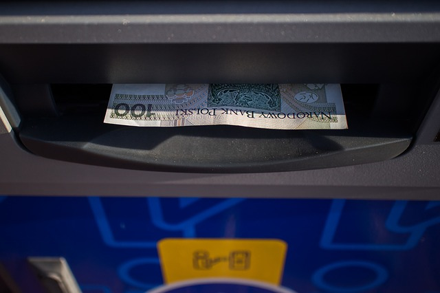 peníze v bankomatu