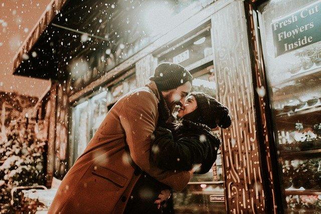 muž a žena v zimě