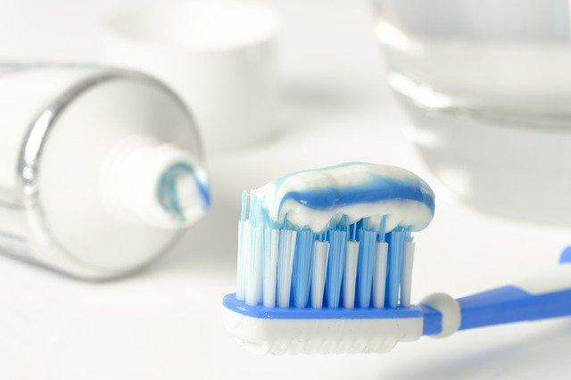 zubní pasta nanesená na kartáčku