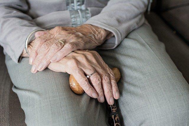 Založené ruce s holí